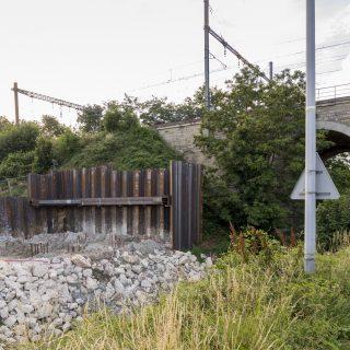 Les planches d'acier installées dans le chemin des Tourelles, à Épinay-sur-Orge