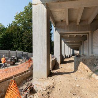 Les rampes du pont de la RD77 sont en cours de construction depuis 2018, le long du Parc du Séminaire.