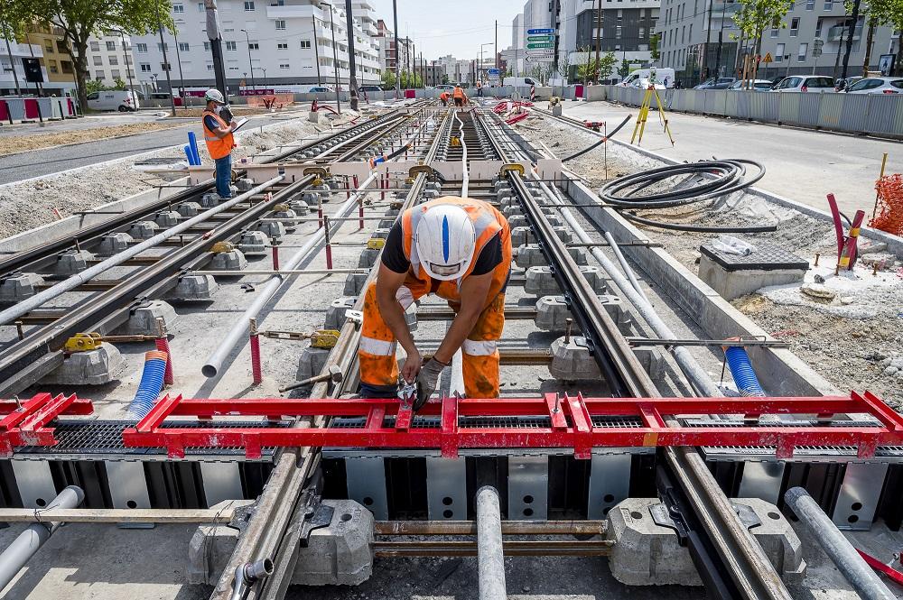 Pose des rails dans le centre-ville d'Evry-Courcouronnes