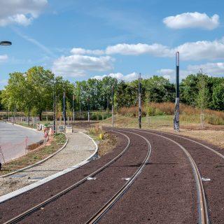 Aménagement des voies cyclo-piétonnes à Ris-Orangis qui permettront aux cyclistes et piétons de se déplacer le long des voies du tram en toute sécurité
