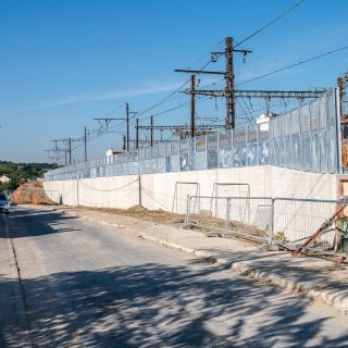 Mur de soutènement visant à accueillir la future plateforme du tramway le long de la rue des Rossays à Savigny-sur-Orge