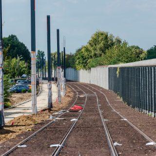 Aménagement des voies cyclo-piétonnes à Viry-Chatillon qui permettront aux cyclistes et piétons de se déplacer le long des voies du tram en toute sécurité