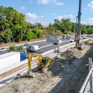 Construction du mur de soutènement le long de l'A6 entre Morsang-sur-Orge et Viry-Chatillon permettant de consolider un terrain afin